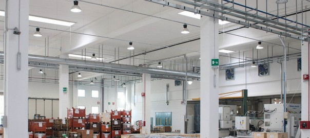 efficientamento nell'industria capannone illuminato a led